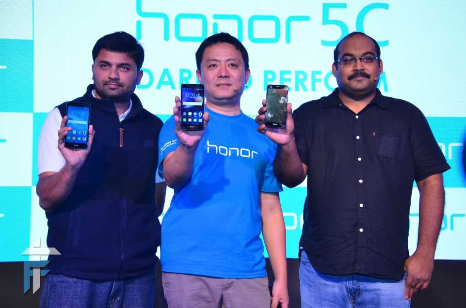 R-L, P. Sanjeev, Director Sales (Devices Business), Huawei India; Allen Wang, Consumer Business Group, Huawei India and Vignesh Ramakrishnana, Director Mobile – Flipkart